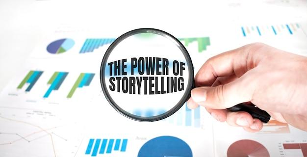 Lupa com palavras, o poder da narrativa, sobre fundo de madeira. conceito de negócios.
