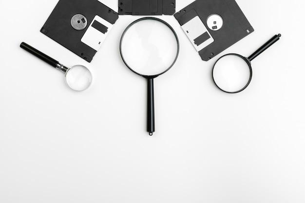 Lupa de inspeção no conceito de disquete