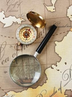 Lupa e bússola em um mapa estilizado