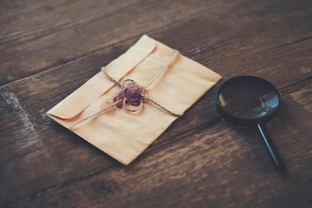 Lupa e carta na mesa de madeira