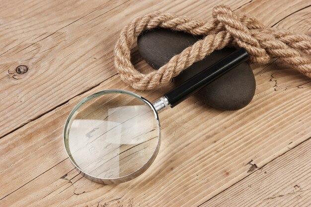 Lupa e corda em um fundo de madeira