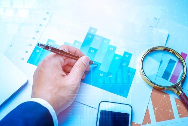 Lupa e documentos com dados de análise, deitado na mesa, finanças empresariais