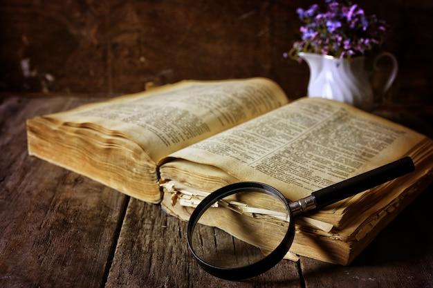 Lupa e livro antigo