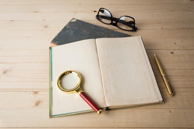 Lupa e livro