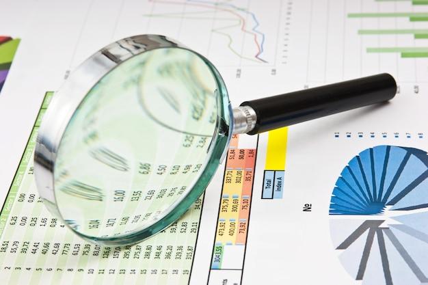 Lupa e o documento de trabalho com um diagrama
