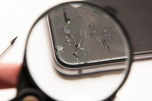 Lupa e telefone inteligente