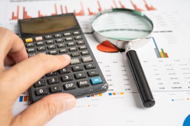 Lupa em gráficos papel gráfico desenvolvimento financeiro banca