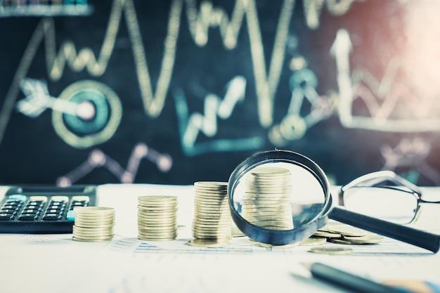 Lupa, lápis e calculadora em gráfico financeiro e gráfico, fundo contábil