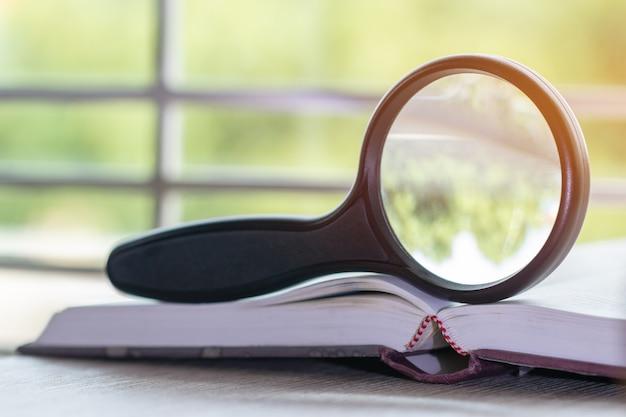 Lupa, ligado, livro, documento, ligado, tabela madeira, com, clarão leve, em, ao ar livre, de, campus