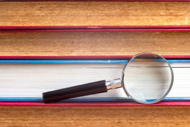 Lupa na borda dos livros