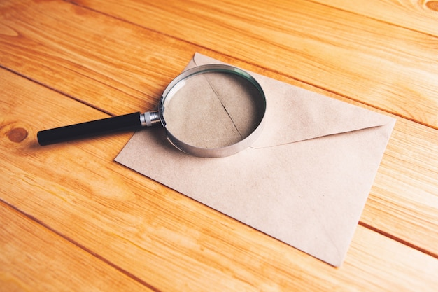 Lupa na carta sobre a mesa