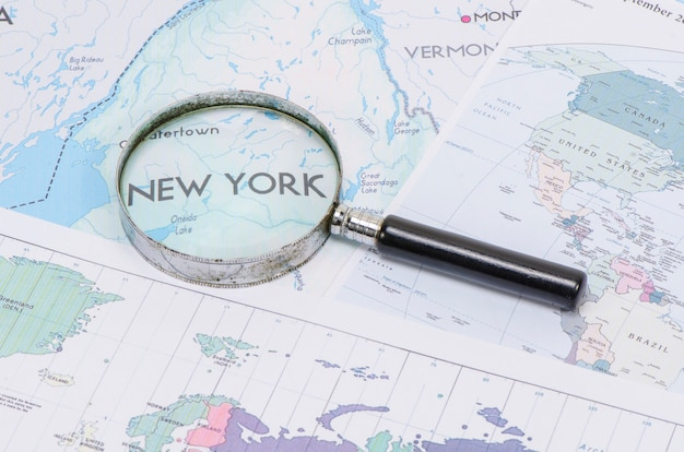 Lupa na frente de um mapa de nova york