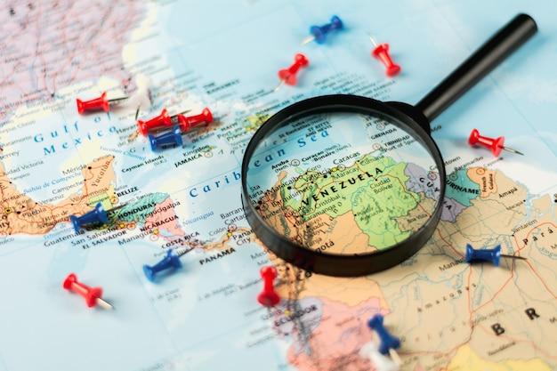 Lupa no foco seletivo do mapa do mundo em venezuela.