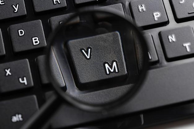 Lupa no teclado preto