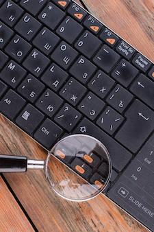 Lupa sobre a tecla de setas no teclado