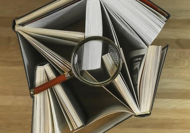 Lupa sobre livros na vista superior da mesa de madeira lendo e estudando o conceito