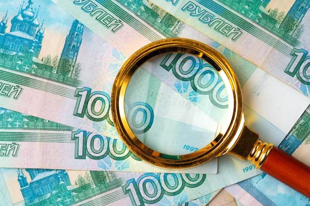 Lupa sobre os rublos da moeda russa