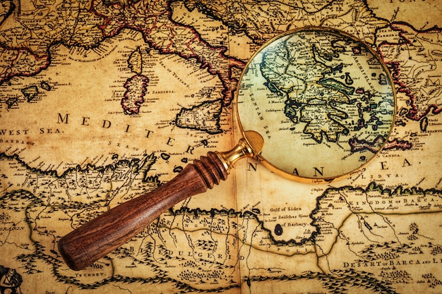 Lupa vintage antiga no mapa antigo