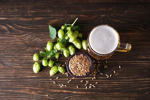 Lúpulo e copo de cerveja light