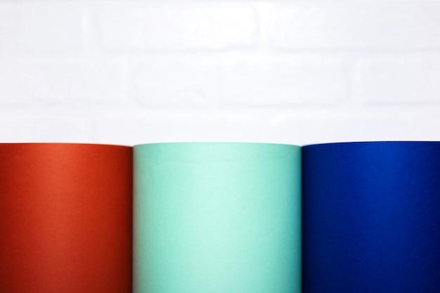 Lush exuberante, aqua menthe e azul fantasma de cor em uma parede de tijolo branco.