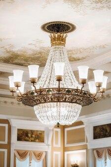 Lustre antigo de cristal lustre no palácio grande lustre no castelo