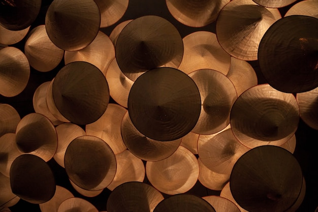 Lustre artesanal de fundo de abajures em forma de cone para luz futurista. lustres de madeira sob o teto. lustre abstrato. teto decorativo. conceito de fundos. copie o espaço para o texto