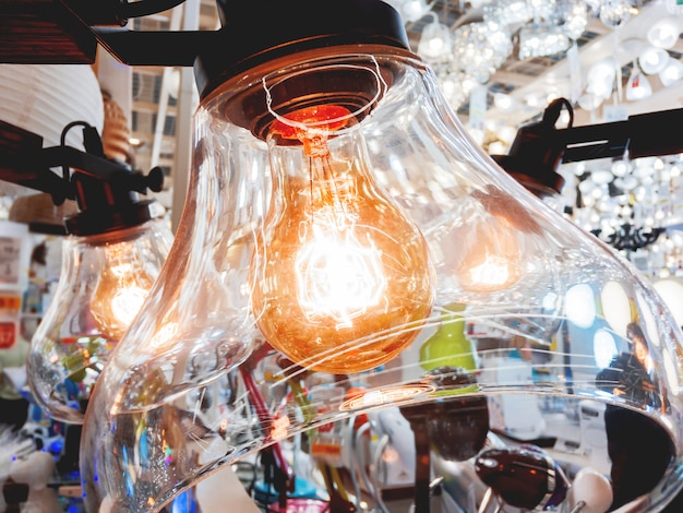 Lustre com plafon de vidro transparente e lâmpadas antiquadas. lâmpadas vintage com filamento de glower. design retro incandescente.