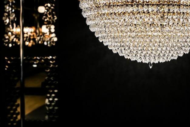 Lustre de cristal como design de interiores de decoração de casa e detalhes de móveis de luxo invitatio de férias ...