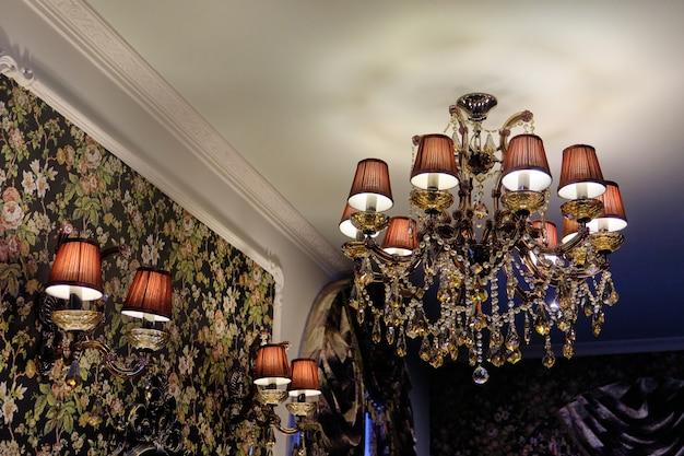 Lustre de cristal moderno. lustre de luxo de designer de ouro, close-up. design caro e interior do apartamento, sala de estar.