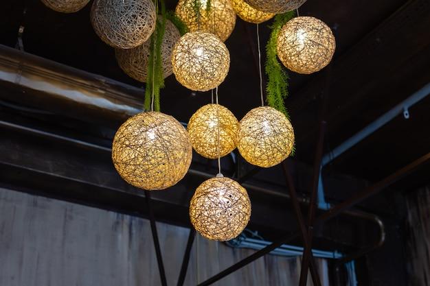 Lustre de luxo de arte moderna de bolas de relâmpago branco feito com bolas com lâmpada dentro de cada um que ...