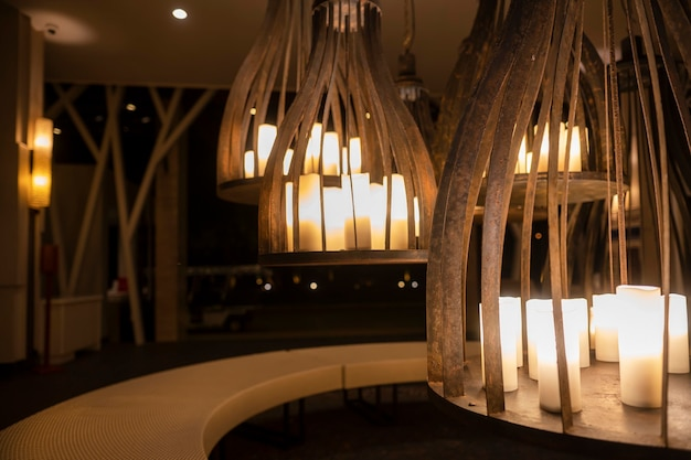Lustres incomuns grandes com velas. belo design de interiores, cores creme. tempo da noite