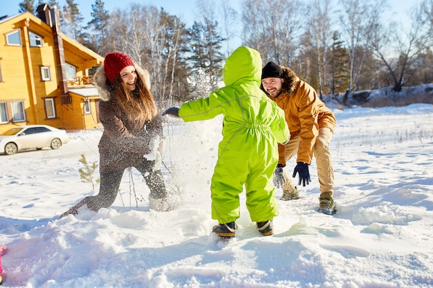 Luta de bola de neve em família