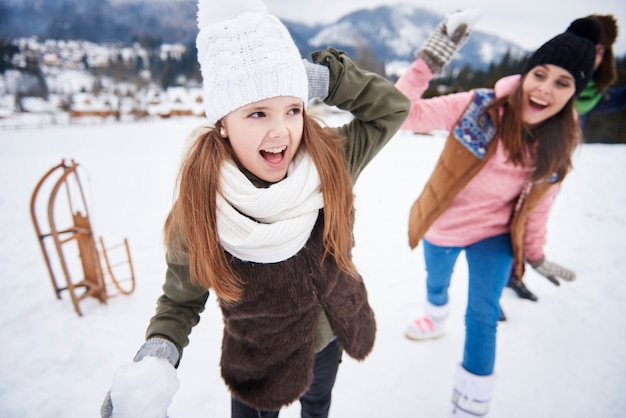 Luta de bolas de neve em família no inverno