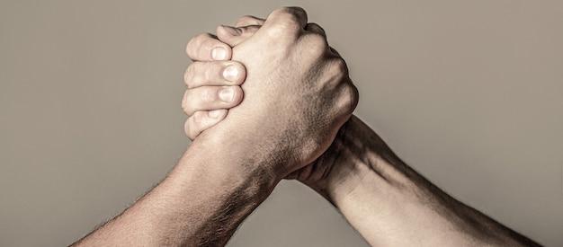 Luta de braços. closepup. aperto de mão amigável, amigos cumprimentando