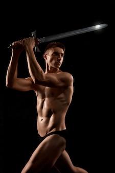 Luta de guerreiro com espada isolada no preto.