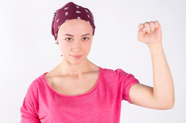 Luta de mulher contra parede branca de câncer
