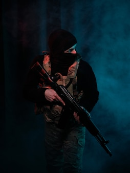 Lutador das forças especiais com armas