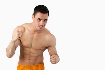 Lutador de artes marciais jovens contra um fundo branco