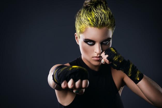 Lutador de mma de mulher com cabelo amarelo