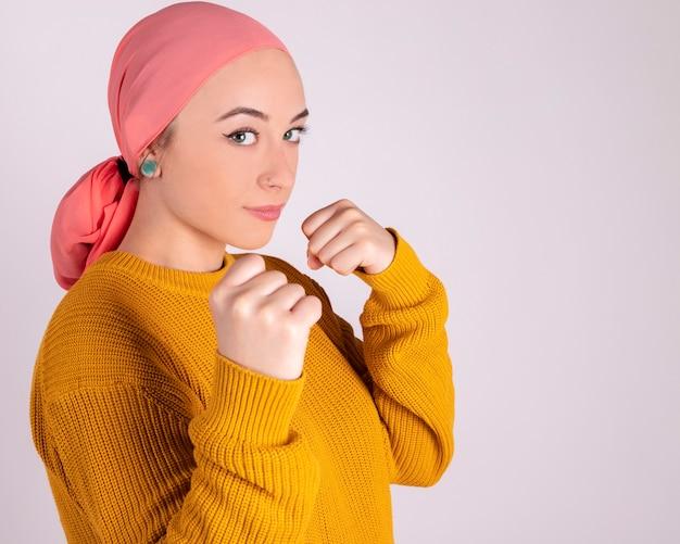 Lutador de mulher forte contra o câncer