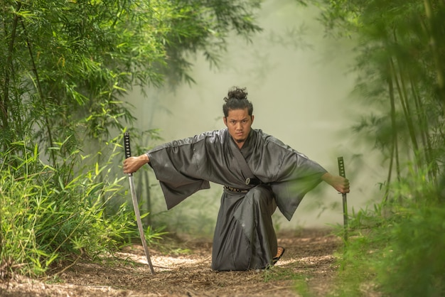 Lutador de samurai japonês vestindo uniforme tradicional