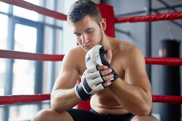 Lutador em repouso no ringue de boxe
