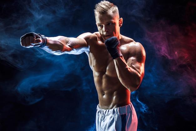 Lutador em topless muscular em luvas de boxe