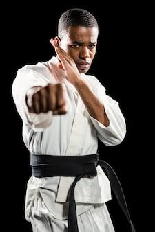 Lutador, executando a postura de karatê