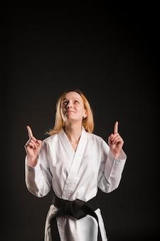 Lutador feminino apontando para cima plano médio
