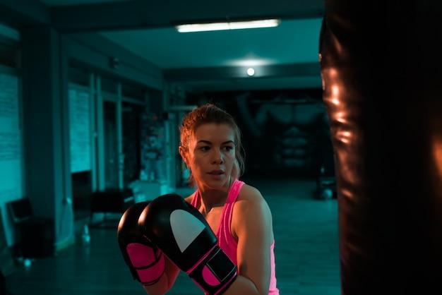 Lutador feminino em formação à noite.