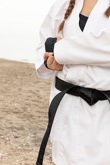 Lutador feminino em traje de arte marcial