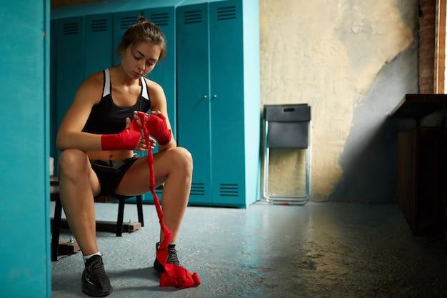 Lutador feminino, envolvendo as mãos