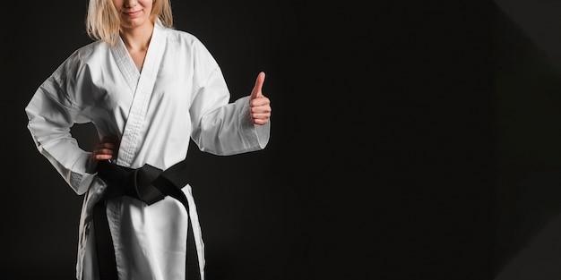 Lutador irreconhecível, mostrando os polegares