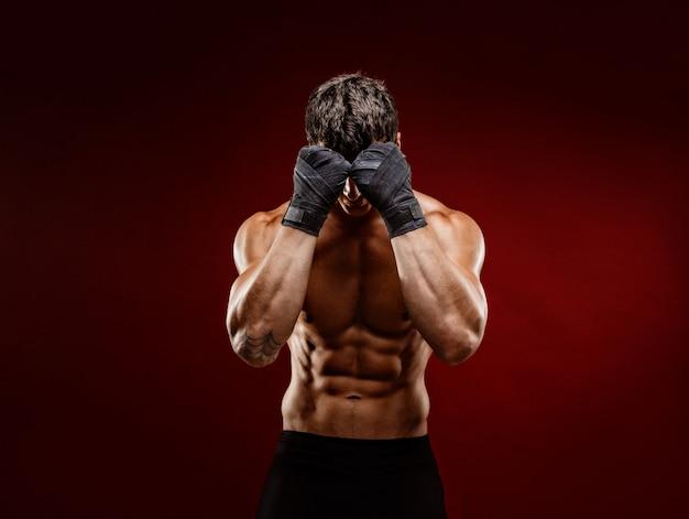 Lutador muscular forte, escondendo o rosto da câmera